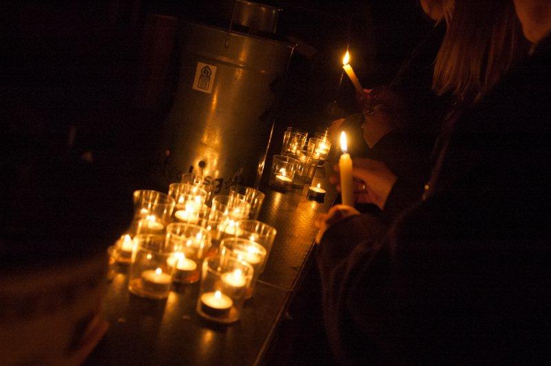 Weitergabe des Lichtes auf dem Weihnachtsmarkt